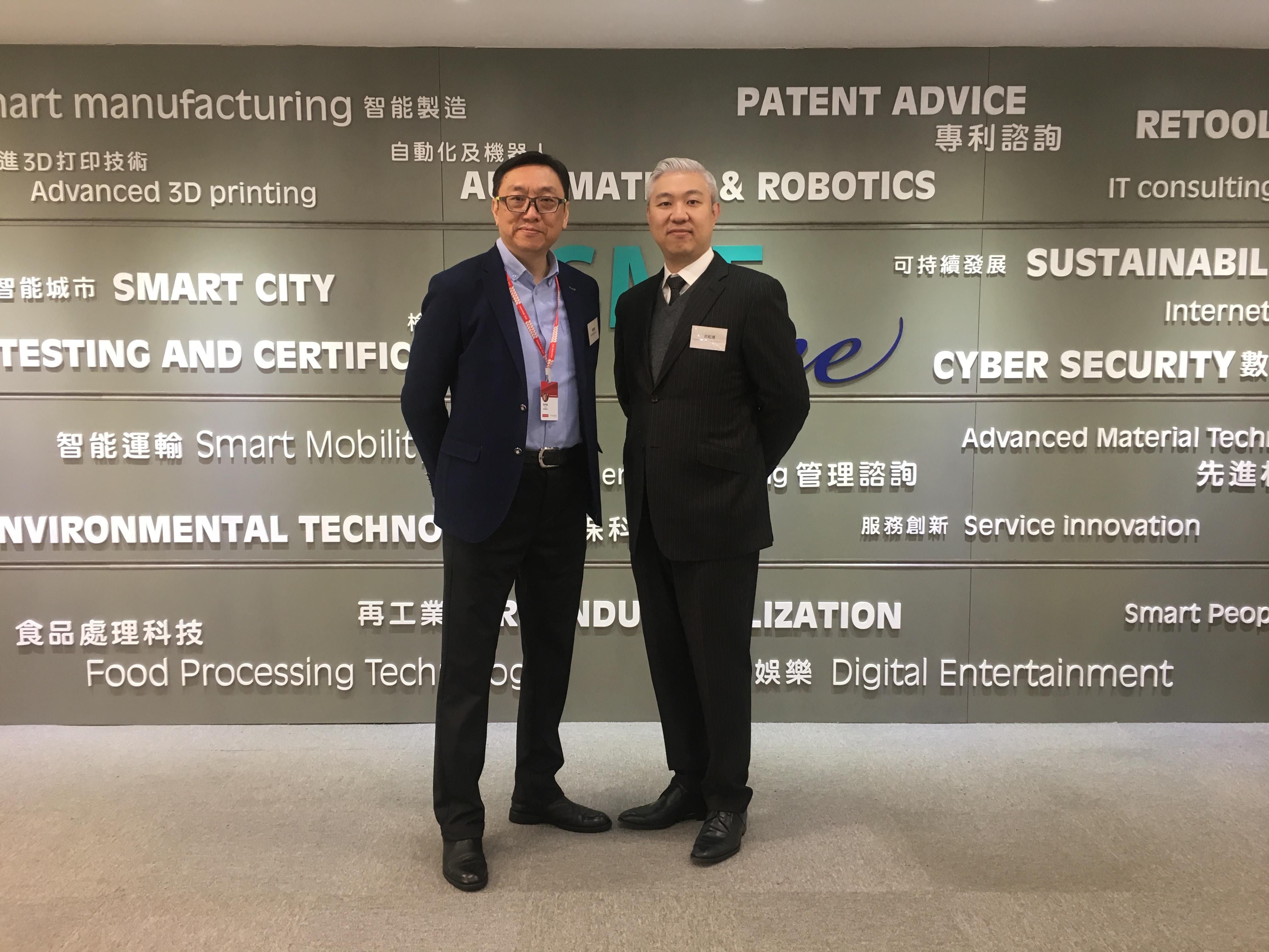 华云数据高级副总裁梁伟雄(左)与TmaxSoft区域经理庄起运(右)