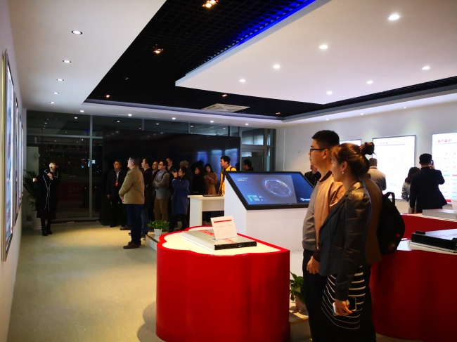 无锡软协会员单位一行实地参观、访问华云数据集团